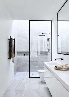 Bagno grigio chiaro in stile minimal - Bagno con rivestimenti grigio chiaro.