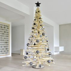kreativer weihnachtsbaum aus zweigen mit wei en dekorationen weihnachten pinterest. Black Bedroom Furniture Sets. Home Design Ideas