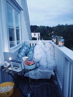 Are you dreaming to have such a cozy balcony? So make it come true, Balcony is some place useful if we decorate it well. Fun Sleepover Ideas, Couples Apartment, Apartment Goals, Cheap Apartment, Cozy Apartment, Bedroom Apartment, Apartment Therapy, Cute Date Ideas, Dream Dates