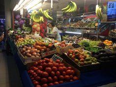 En el Mercado Central de Alicante habia muchos tipos  de frutas. Yo vi manzanas, uvas, mangos, paraguayos, bananas, peras, naranjas, limones, pina y fresas.