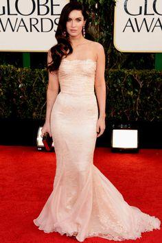 Megan Fox mostrou o corpão pós-parto num nude rendado da Dolce & Gabbana. Também sem alças, o modelo favorito das celebs