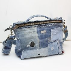 Make Cut-Off Jeans, Then Make These 13 Denim Projects With The Leftover Fabric Artisanats Denim, Denim Purse, Patchwork Bags, Quilted Bag, Blue Jean Purses, Recycled Denim, Fabric Bags, Blue Bags, Handmade Bags