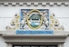 Haarlem - Warmoesstraat 23.  Het Hofje In den Groenen Tuin is een Haarlems hofje in het centrum van Haarlem. Het hofje dateert uit 1616 en is gesticht uit de nalatenschap van Catarina Jansdochter Amen, weduwe van Jacob Claesz van Schoorl. Het hofje was oorspronkelijk bestemd voor rooms-katholieke alleenstaande dames vanaf 50 jaar. Deze dames moesten zelf in hun onderhoud kunnen voorzien. Na hun dood gingen al hun bezittingen naar het hofje. Foto: G.J. Koppenaal - 29/6/2017