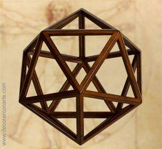 Figura di un Icosaedro in legno. 23x23cm