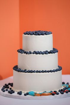 blueberry wedding cake | Asticou Inn wedding | Northeast Harbor, Maine | Baker: Celebration Cakes Photo: Emilie Inc. Photography