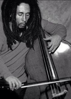Bob Marley playing the double bass Image Bob Marley, Bob Marley Legend, Reggae Bob Marley, Damian Marley, Reggae Artists, Music Artists, Bob Marley Pictures, Marley Family, Robert Nesta