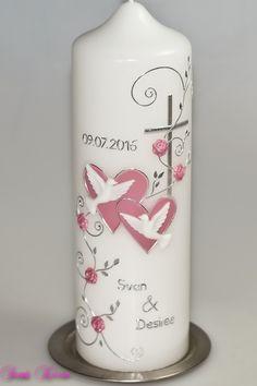 Die Hochzeitskerze ist mit Herzen und weißen Tauben verziert. Die Enden der Ranken sind mit Strasssteinchen versehen. Eine Blätterranke mit Rosen wächst an einem schlichten Kreuz empor.   Sie...