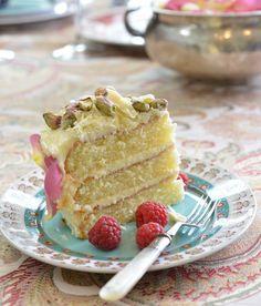 White Chocolate, cardamom and pistachio cake Cardamom Cake, Hazelnut Cake, Raspberry Smoothie, Apple Smoothies, Chocolate Blanco, White Chocolate, Butter Bean Soup, Baking Recipes, Cake Recipes