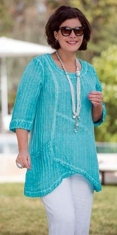 like this top, like the color and the design casual-outfits-for-women-over-40-20