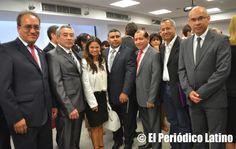 En la foto los principales dirigentes latinos que asistieron como invitados especiales a la inauguración de la nueva sede del Consulado General del Perú en Barcelona. Aparecen en al foto Jaime Toledo, Erika Torregrossa, Ernesto Carrión, Valery Figueroa y Pedro Ibérico entre otros.