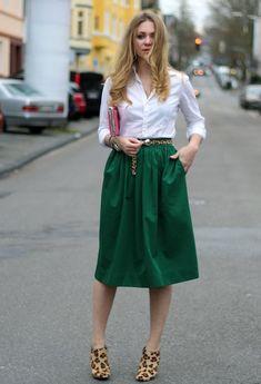 Зеленая юбка белая блузка и леопардовая обувь и ремень