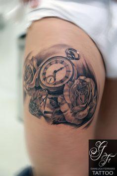 Tatuaggio bianco e nero, braccio, disegni, fiori, gamba, orologio, realistici, rose realizzato dal tatuatore Gianluca Ferraro Tattoo - Gianluca Ferraro Tattoo
