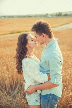 Young couple in love outdoor. Stunning sensual outdoor portrait of young stylish fashion couple posing in summer in field. Happy Smiling Couple in love. They are smiling and looking at each other — Stock Image