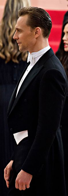 Tom Hiddleston attends the Manus x Machina-Fashion In An Age Of Technology Costume Institute Gala at Metropolitan Museum of Art on May 2, 2016 in NYC. Full size image: http://www.tomhiddleston.us/gallery/albums/2016/events/metgalaarrivals/059.jpg Source: http://www.tomhiddleston.us/gallery/displayimage.php?album=722&pid=33064#top_display_media