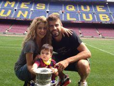 ¡Qué bonita familia! Shakira y Gerard Pique con su hijo en el Camp Nou. Esta foto la compartió Gerard con sus seguidores en las redes sociales.