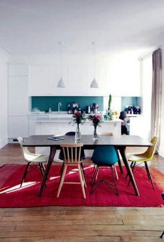 Weiße Küche, bunte Rückwand