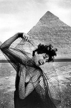 Ferdinando Scianna EGYPT. Cairo. 1989. Fashion photograph with the model Gisele ZELAHUI.