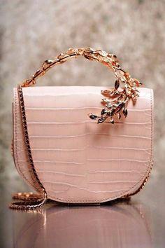 Zapatos y bolsos en tonos Rosa cuarzo con detalles en oro... Magníficos!!