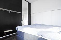 Un piso con techos altos y decorado con mucho estilo