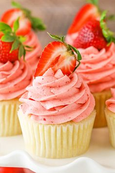 Cream Cupcakes Strawberries and Cream Cupcakes - moist vanilla cupcakes, fresh cream with chopped strawberries and strawberry frosting!Strawberries and Cream Cupcakes - moist vanilla cupcakes, fresh cream with chopped strawberries and strawberry frosting! Strawberry Recipes For Summer, Strawberry Desserts, Strawberry Shortcake Cupcake, Strawberry Frosting Recipes, Chocolate Strawberry Cupcakes, Strawberry Lemonade Cupcakes, Brownie Desserts, Just Desserts, Dessert Recipes