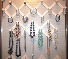 Se você quiser um barato, e muito eficaz, maneira de organizar jóias, ganchos acordeão são uma ótima opção. Você simplesmente anexá-los à parede e, em seguida, você pode usá-los para manter colares, pulseiras e outras jóias itens organizados.
