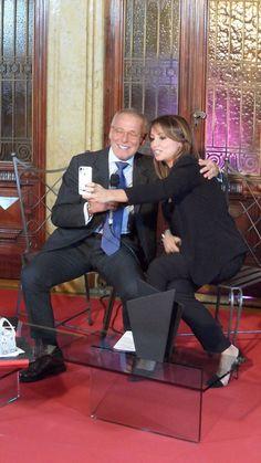 Stefano cede alla proposta di un selfie con Giorgia...chi rinuncerebbe????