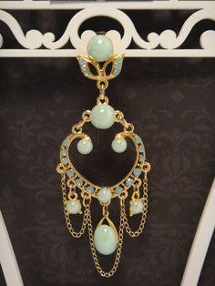 Brinco candelabro com strass verde opaline, pérolas verdes com verniz, correntes, metal dourado. R$55,00