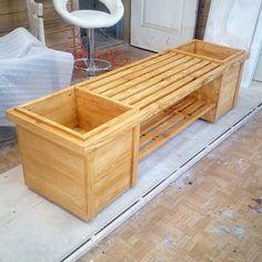 Если совместить скамейку с клумбой, в результате получится эксклюзивный, а главное, оригинальный элемент ландшафтного дизайна. Скамейка покрыта маслом, которое подчеркнуло красоту древесной структуры.