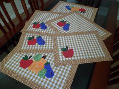 Jogo de cozinha... by dinorahramos, via Flickr Table Runner And Placemats, Quilted Table Runners, Fun Crafts, Diy And Crafts, Crafts For Kids, Mug Rug Patterns, Quilt Patterns, Quilting Projects, Sewing Projects