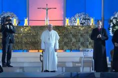 Papa Francisco chega ao palco de Copacabana para iniciar a vigilia.