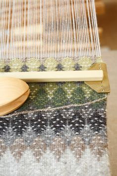 Love this woven textile design Weaving Tools, Card Weaving, Tablet Weaving, Weaving Projects, Loom Weaving, Weaving Textiles, Weaving Patterns, Tapestry Weaving, Textile Patterns