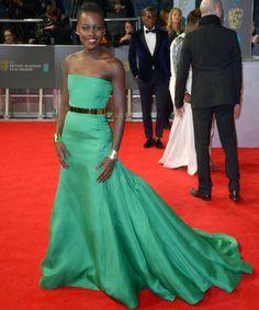 BAFTA 2014Espectacular Lupita Nyong'o con un vestido palabra de honor en verde esmeralda con cola de Christian Dior Couture Otoño 2013 y pendientes Ana Khouri.