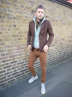 Brown blazer, tan skinny jeans, super light faded denim jacket. Good color combination and good layering.