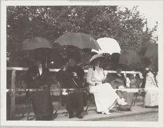 A Imperatriz Viúva Marie (de terno listrado) com acompanhantes.