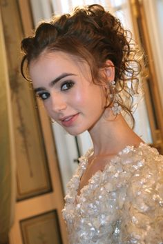 http://www.lily-collins.org/gallery/albums/Events/2007/2007%2011%2023%20Ball/hq025.jpg