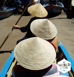 Onze #boot gaat verder en koerst door smalle waterwegen, langs houten huisjes en mensen die hun kleren wassen in de rivier. Can Tho wordt langzaam wakker. #Vietnam #reizen