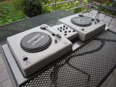 Dj Turntable Wedding Cake I made this fondant cake as a wedding gift. It serves 80 people and was quite heave as you can imagine. Music Wedding Cakes, Themed Wedding Cakes, Themed Cakes, Birthday Rap, 60th Birthday Party, Birthday Wishes, Birthday Cakes, Turntable Cake, Dj Cake