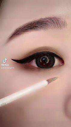 Eyeliner Looks, No Eyeliner Makeup, Eyeliner Tutorial, Makeup Tutorials, Eye Liner