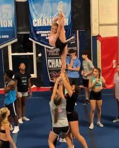 Easy Cheer Stunts, Cheerleading Videos, Cheerleading Workouts, Cheer Workouts, Gymnastics Workout, School Cheerleading, Cheerleading Outfits, Gymnastics Skills, Gymnastics Videos