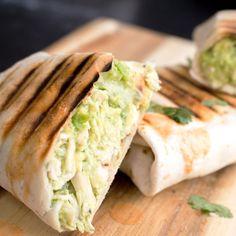 Dit zijn echt serieuze lunch goals: Kip Avocado Wrap. Dit recept is voor vier personen, zodat je ook meteen je kwijlende collega's een plezier kunt doen.⠀