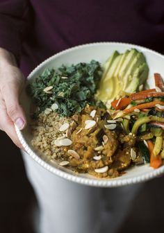 Since spring has arrived and summer is knocking at the door, I want to tell you about local organic food delivery services, such as Équiterre, who operate here in Quebec. Veggie Bowl, Quinoa Bowl, Healthy Recipes, Raw Food Recipes, Vegetarian Recipes, Vegan Food, Healthy Foods, Healthy Life, Organic Food Delivery
