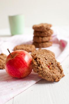 Apple pie cookies are baked with peanut butter to give them that extra delicious addition of flavor. Vegan, gluten free and sugar free. Healthy Pastas, Easy Healthy Recipes, Healthy Desserts, Healthy Appetizers, Apple Pie Cookies, Cookie Pie, Apple Pies, Sugar Free Baking, Gluten Free Baking