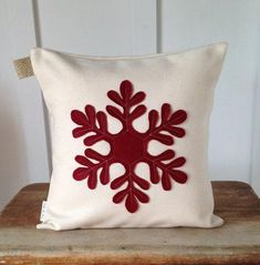 Make decorative pillows or even throw pillow covers with this list of adorable D. : Make decorative pillows or even throw pillow covers with this list of adorable DIY pillow ideas! Diy Pillow Covers, Outdoor Pillow Covers, Decorative Pillow Covers, Handmade Pillows, Diy Pillows, Throw Pillows, Pillow Ideas, Christmas Sewing, Christmas Diy