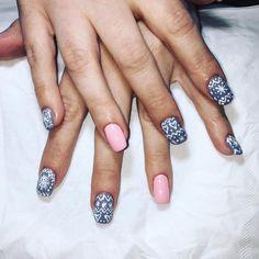 Besoin d'inspiration les filles pour cet hiver ? Voici l'une de mes réalisations :-) #nails #nailart #ongles #idéesmanucure #beauté #soins #aix #charleval #laroquedantheron #esthétique #manucure #rose #flocons #hiver #nailsofwinter