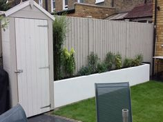 grey fence paint, planter (paint same colour) and shed style Back Garden Design, Fence Design, Small Garden Design With Shed, Grey Fence Paint, Small Courtyard Gardens, Small Gardens, Garden Painting, Decks, Courtyards