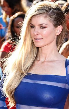 Marisa Miller Side Sweep - Marisa Miller's golden tresses were simply stunning at the ESPY Awards. Marisa Miller, Latest Hairstyles, Celebrity Hairstyles, Sports Illustrated, Victoria's Secret, Side Swept, Blonde Highlights, Skin Tight, Hair Trends