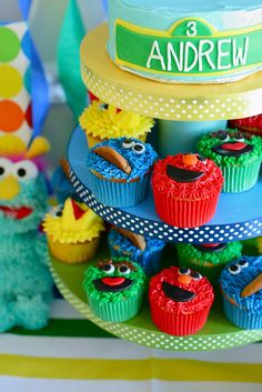 How to make Cookie Monster, Elmo (@moxiethrift on etsy Blayne Kirby), Oscar the Grouch and Big Bird!  Love it!  This fits right into my plan to hone my cake decorating skills, but cute and E-A-S-Y!