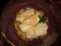 Merluza con patatas y mayonesa al horno es una receta para 4 personas, del tipo Segundos Platos, de dificultad Fácil y lista en 60 minutos. Fíjate cómo cocinar la receta.     ingredientes  - Tomate frito casero  - 2 Patatas grandes  - 2 Cebollas medianas  - Mayonesa  - Merluza abierta en forma de libro  - Aceite de oliva virgen  - Sal.