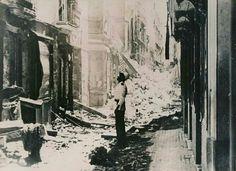 Policía local observando los efectos del bombardeo naval sufrido por Cádiz en agosto del 36 por la marina republicana