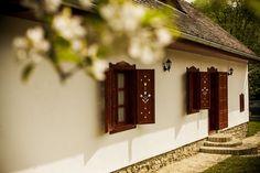 Milyen az ökotudatosan tervezett ház? A jó ház szép is, emberhez méltó terekkel Barbecue Garden, European House, Cottage Homes, Country Life, Old Houses, Sweet Home, 1, House Design, Rustic